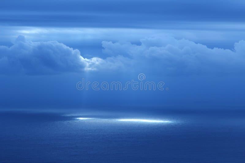 Luz do azevinho no mar fotos de stock