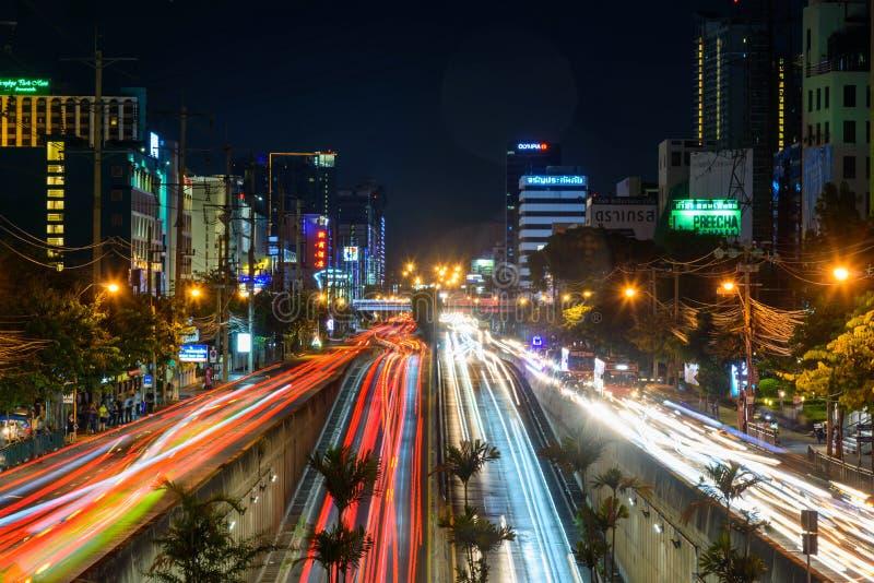 Luz do borrão muito tráfego de carro na interseção de Sutthisan imagens de stock