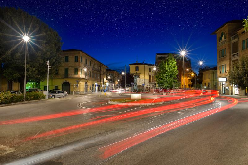 A luz do carro arrasta na estrada transversaa durante a noite na cidade de Um imagens de stock