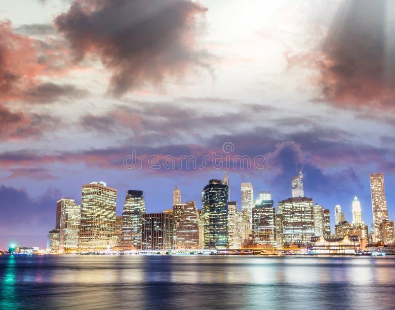 Luz do centro do por do sol de Manhattan com reflexões do rio de Broo foto de stock