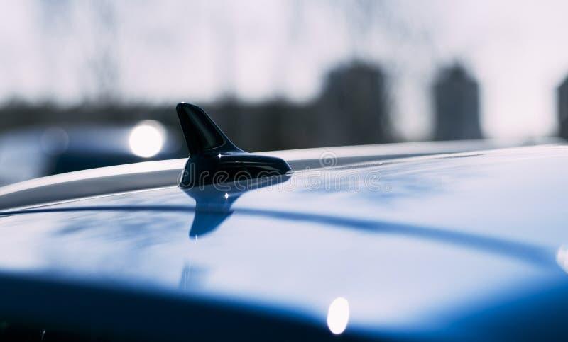 Luz do dia Carro no telhado sob a forma de uma antena da aleta fotos de stock