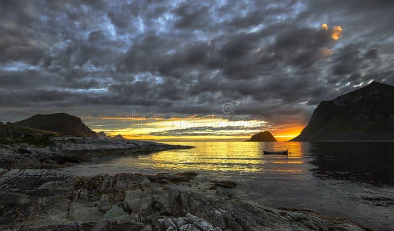 Luz do dia de desaparecimento e um por do sol bonito imagem de stock royalty free