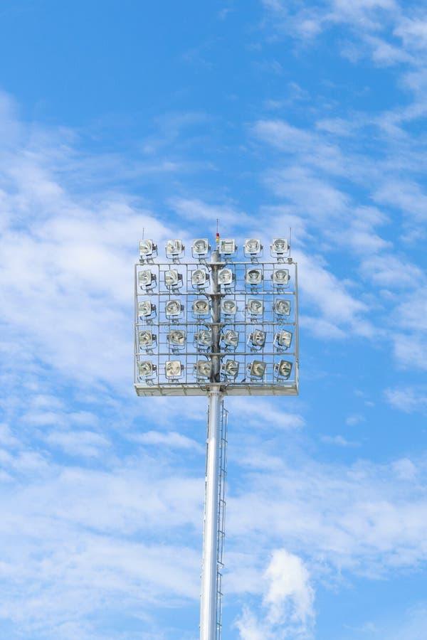 Luz do estádio no céu azul fotos de stock royalty free