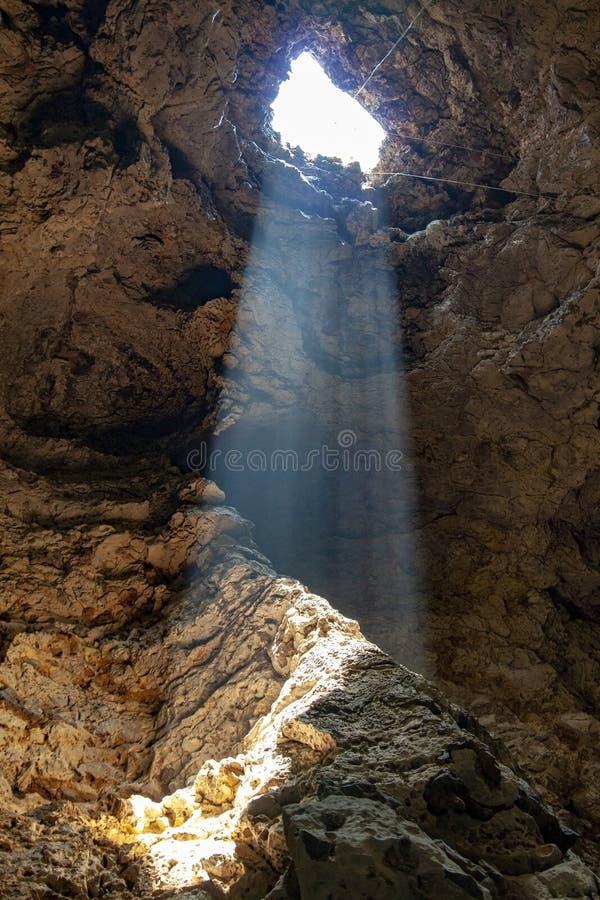 a luz do feixe de Sun através do furo na caverna em Tailândia imagem de stock