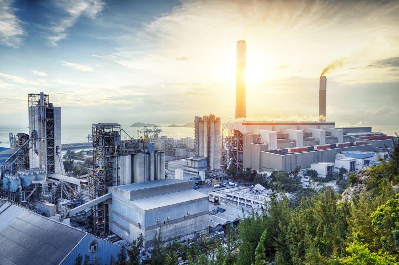 Luz do fulgor da indústria petroquímica fotografia de stock