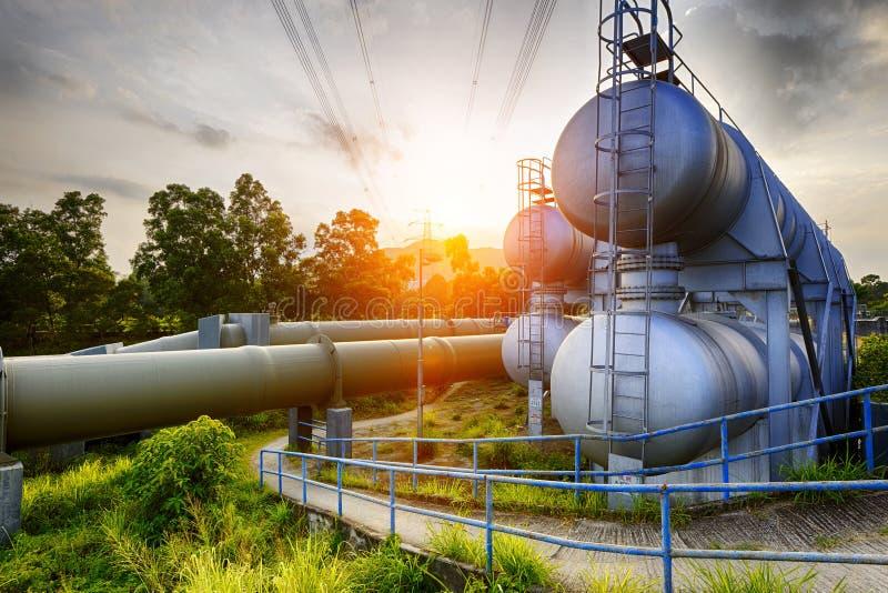 Luz do fulgor da indústria petroquímica no por do sol fotos de stock royalty free