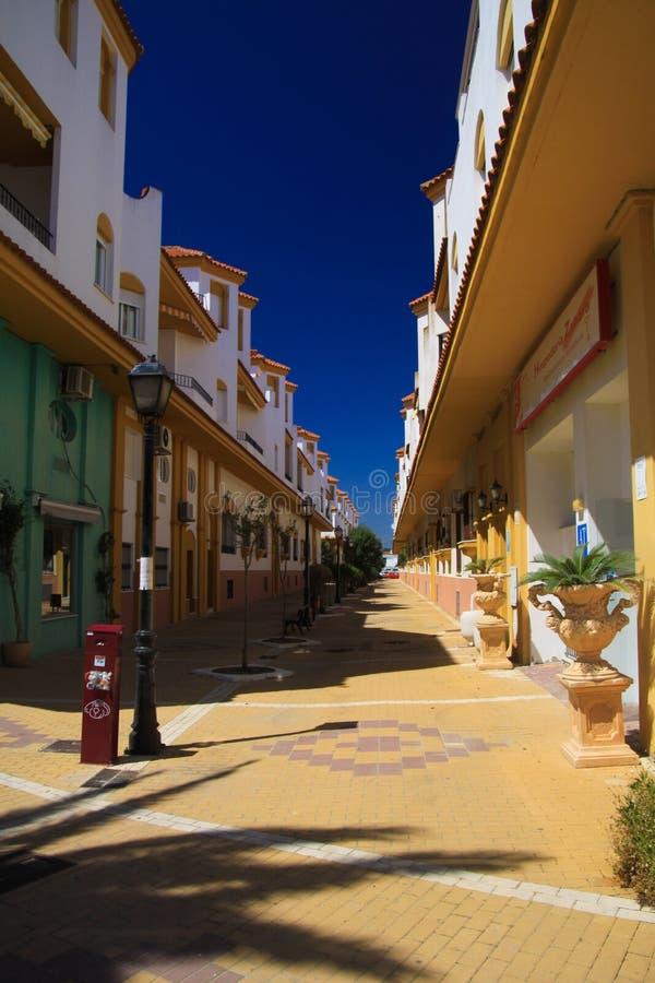 LUZ DO LA DE ZAHARA DE LOS ATUNES COSTELA DE, ESPANHA - JUNHO, 19 2016: Área pedestre no centro da cidade com pavimento amarelo fotos de stock royalty free