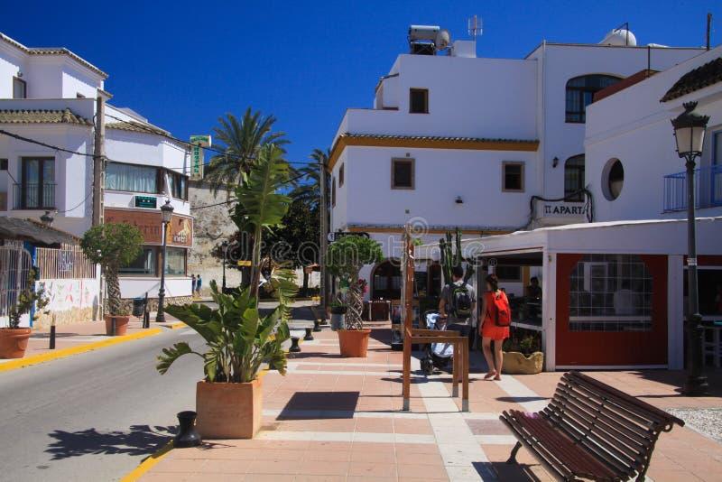 LUZ DO LA DE ZAHARA DE LOS ATUNES COSTELA DE, ESPANHA - JUNHO, 19 2016: Vista na estrada principal do centro da vila com turista imagem de stock royalty free