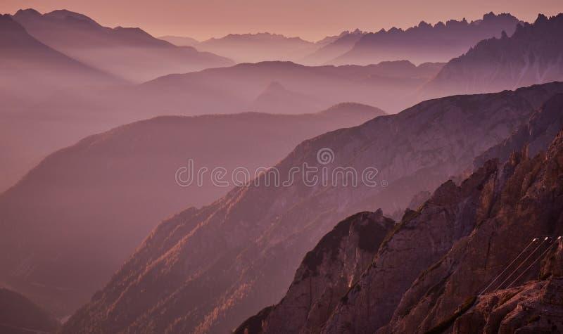 Luz do nascer do sol em montanhas de Dolomiti, perto de Tre Cime di Lavaredo fotos de stock royalty free
