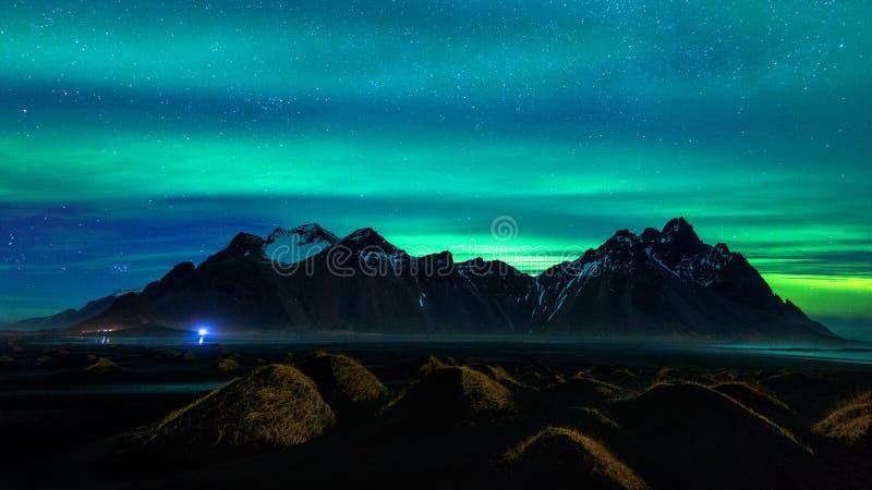 Luz do norte, aurora borealis em montanhas de Vestrahorn em Stokksnes, Islândia fotos de stock royalty free