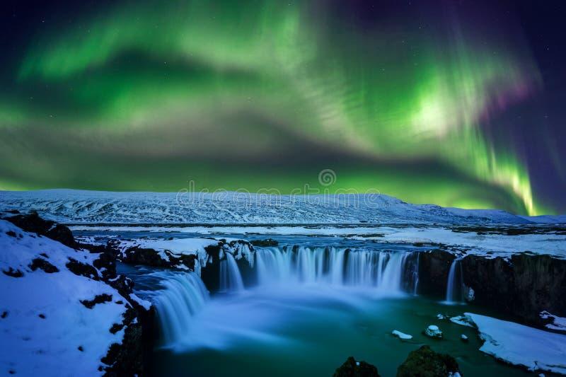Luz do norte, aurora borealis na cachoeira no inverno, Islândia de Godafoss fotos de stock
