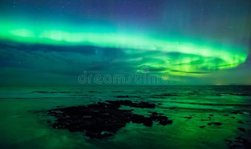 Luz do norte sobre o mar, Gardur do aurora borealis, Islândia imagens de stock royalty free