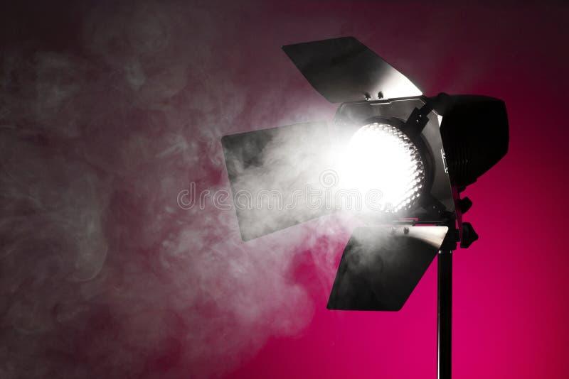 Luz do ponto do estúdio com fumo imagens de stock