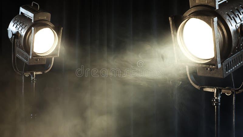 Luz do ponto do teatro do vintage na cortina preta imagem de stock royalty free