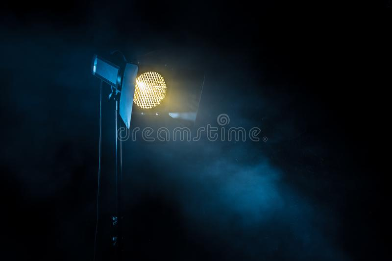 Luz do ponto do teatro no fundo preto fotos de stock royalty free