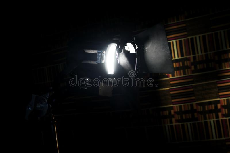 Luz do ponto do teatro do vintage no estúdio foto de stock royalty free