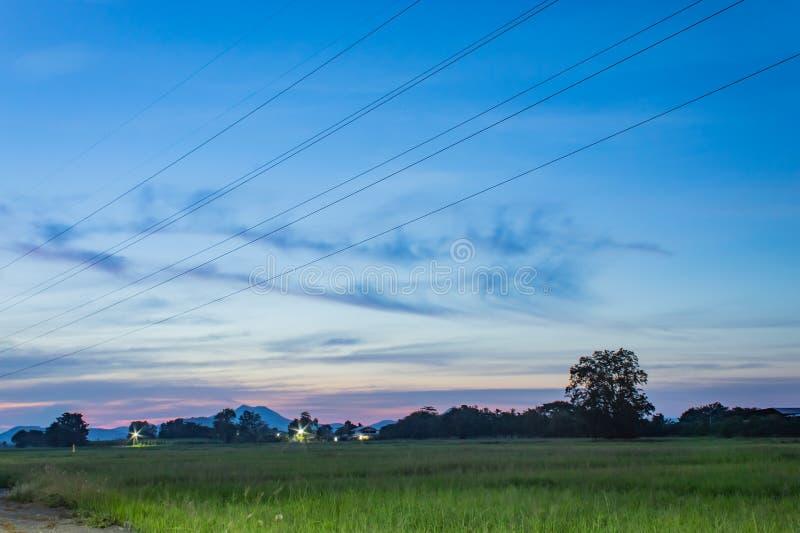 A luz do por do sol atrás dos andgrasslands da montanha imagens de stock royalty free