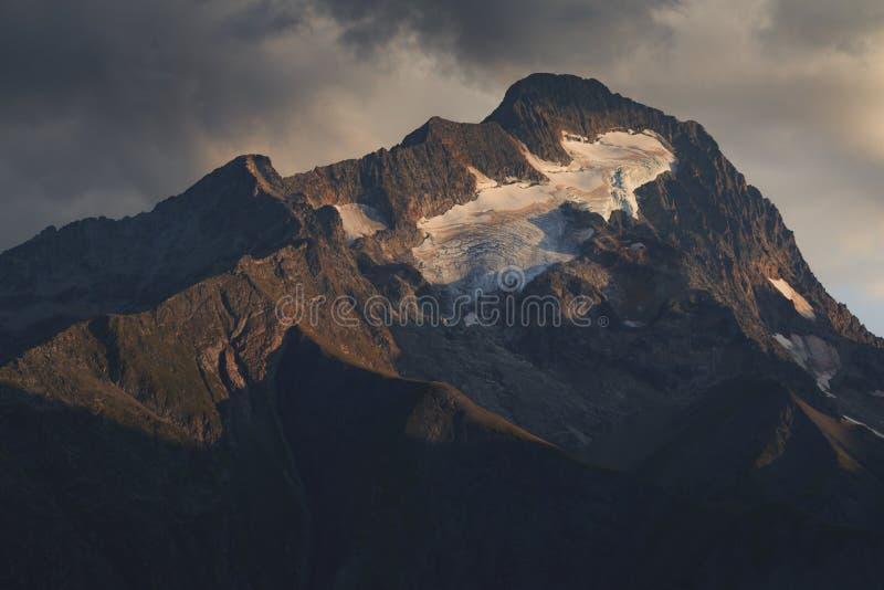 A luz do por do sol brilha no pico da montanha Roche de la Muzelle foto de stock