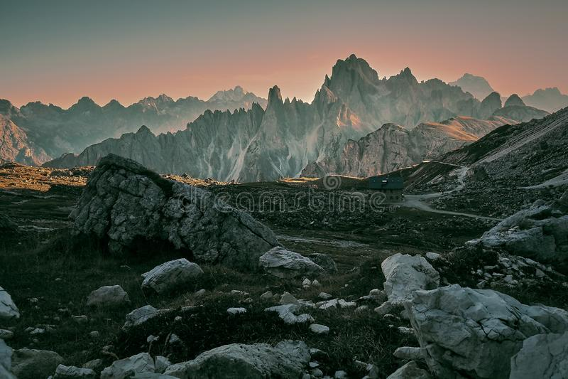 Luz do por do sol em montanhas de Dolomiti imagens de stock royalty free