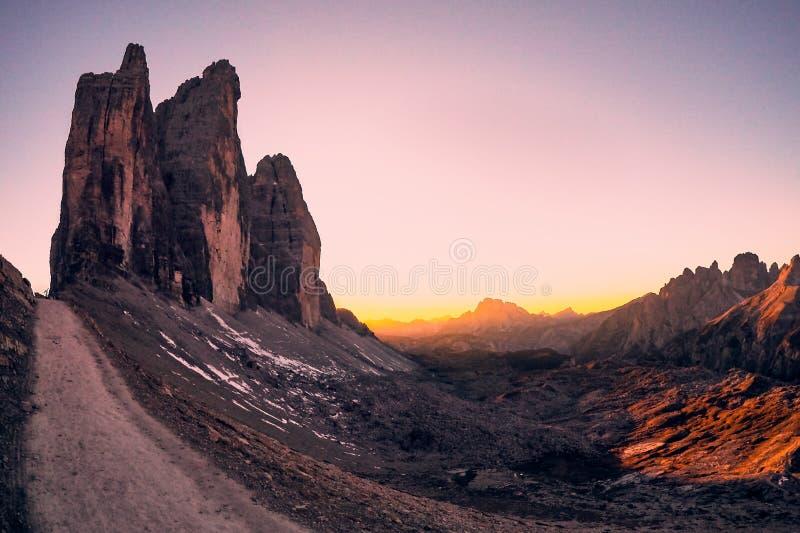 Luz do por do sol em montanhas de Dolomiti imagem de stock