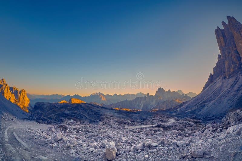 Luz do por do sol em montanhas de Dolomiti, perto de Tre Cime di Lavaredo fotos de stock