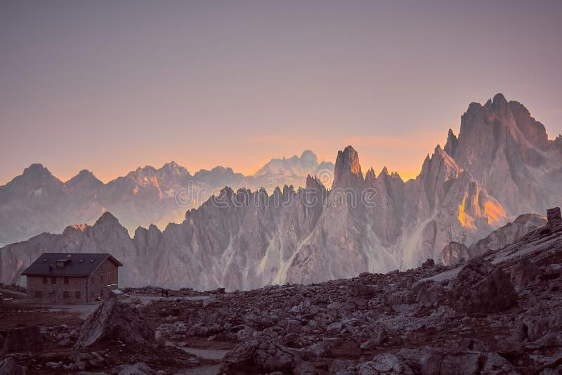 Luz do por do sol em montanhas de Dolomiti, perto de Tre Cime di Lavaredo fotografia de stock royalty free