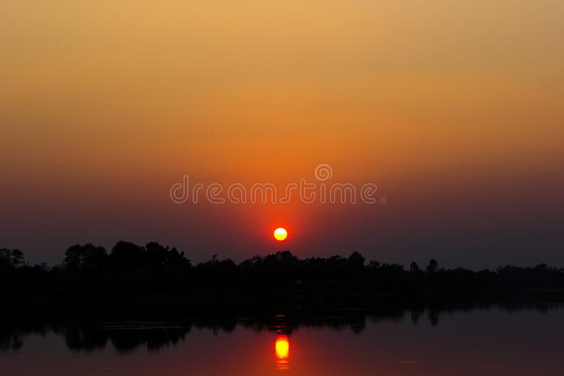 Luz do por do sol que reflete o rio imagens de stock royalty free