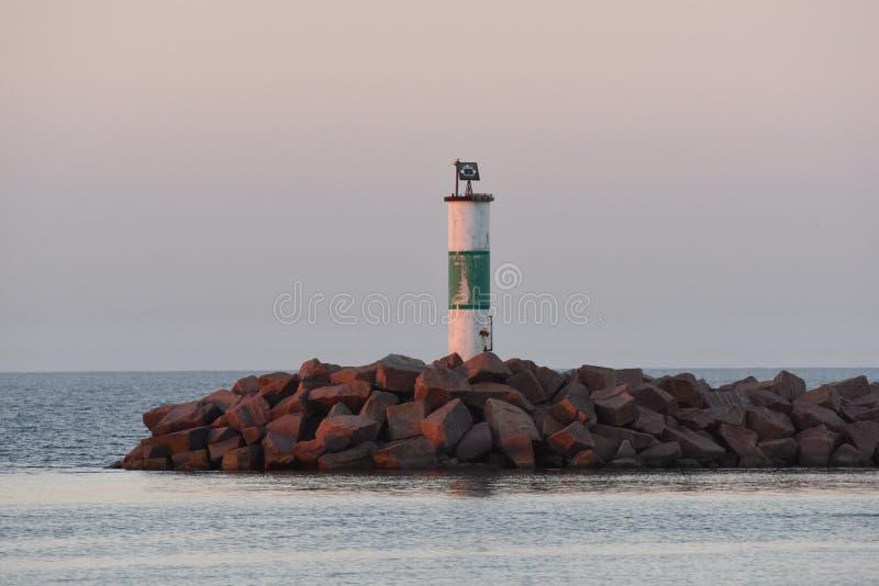 Luz do quebra-mar no crepúsculo fotos de stock