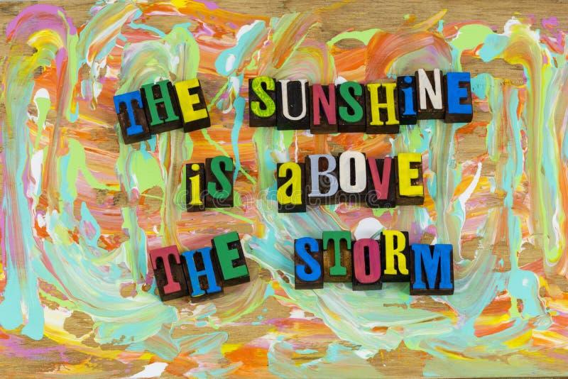 Luz do sol acima do otimismo da tempestade das nuvens fotografia de stock