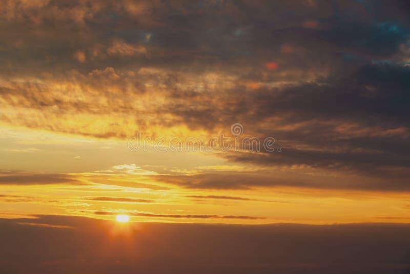 Luz do sol através do céu dramático do por do sol Nuvens de Cloudscape do nascer do sol foto de stock