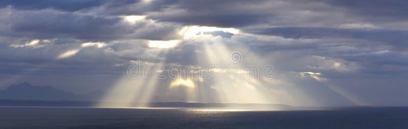Luz do sol através das nuvens de tempestade foto de stock