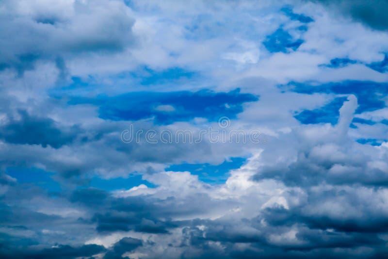 luz do sol branca da nuvem do montão do borrão na nuvem macia do céu azul do verão fotos de stock royalty free