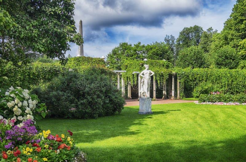 Luz do sol da noite no jardim do palácio do parque de Catherine fotos de stock royalty free
