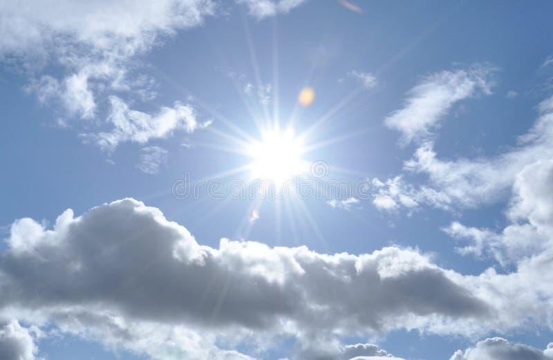 Luz do sol e nuvens do verão nos céus de Grâ Bretanha imagem de stock