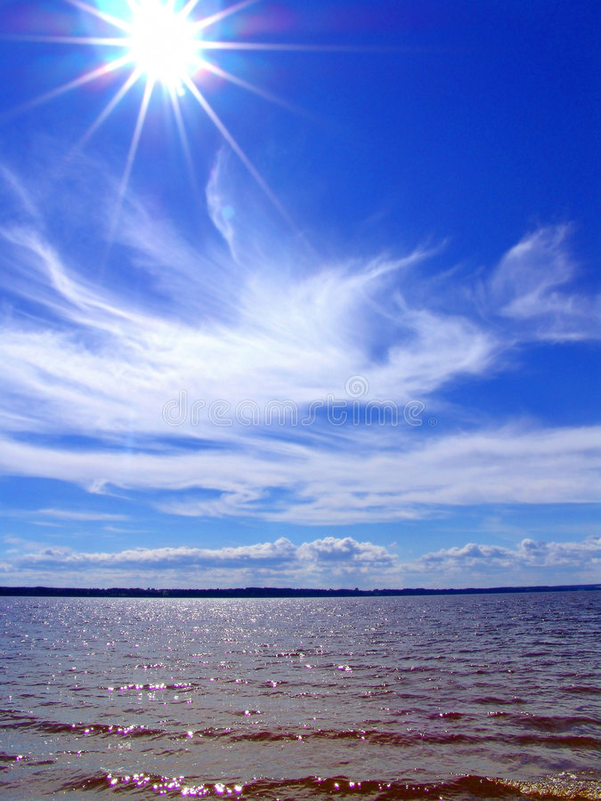 Luz do sol e nuvens sobre o mar imagens de stock royalty free
