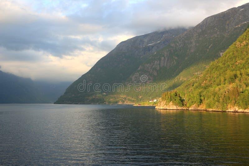 Luz do sol e sombras no fiord fotos de stock royalty free