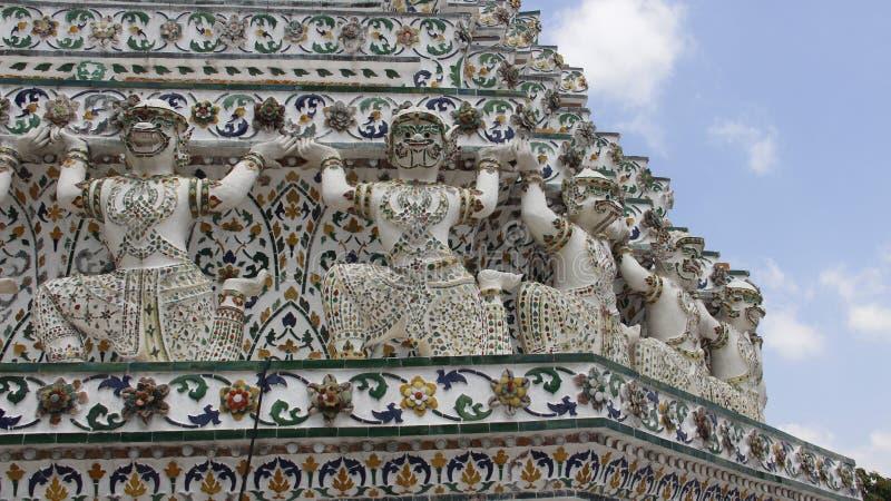 Luz do sol morna de Wat Arun Temple With Architecture And e céu azul fotos de stock