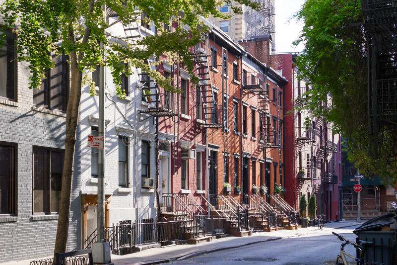 Luz do sol na rua alegre no Greenwich Village New York City fotografia de stock royalty free
