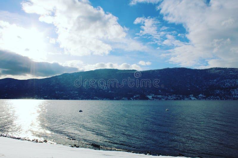 Luz do sol no lago do inverno imagem de stock