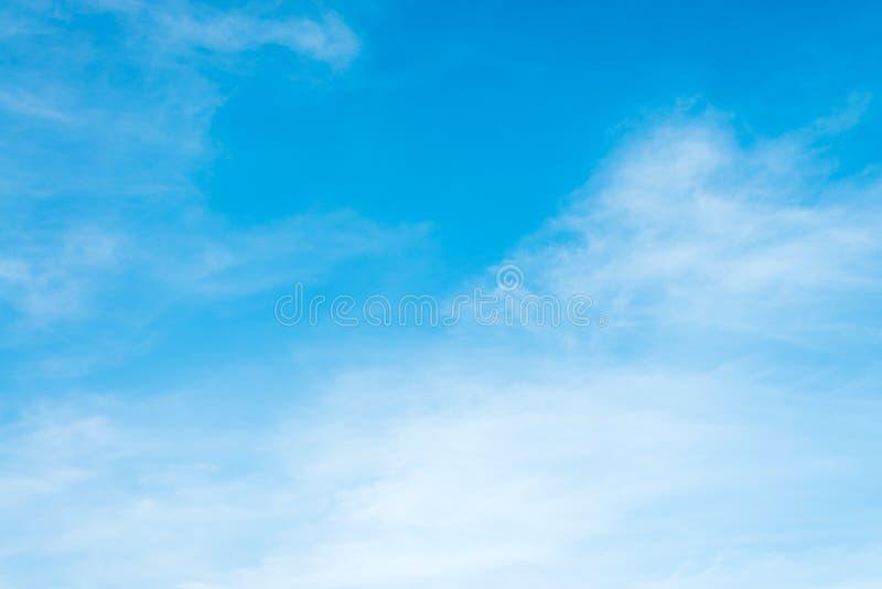A luz do sol nubla-se o céu durante o fundo da manhã Céu pastel azul, branco, luz solar macia do alargamento da lente do foco imagens de stock royalty free