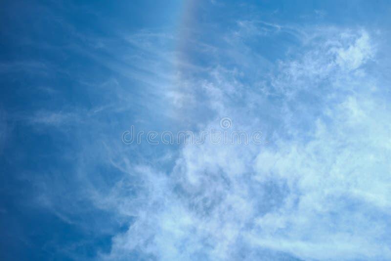 A luz do sol nubla-se o céu durante o fundo do meio-dia fotografia de stock