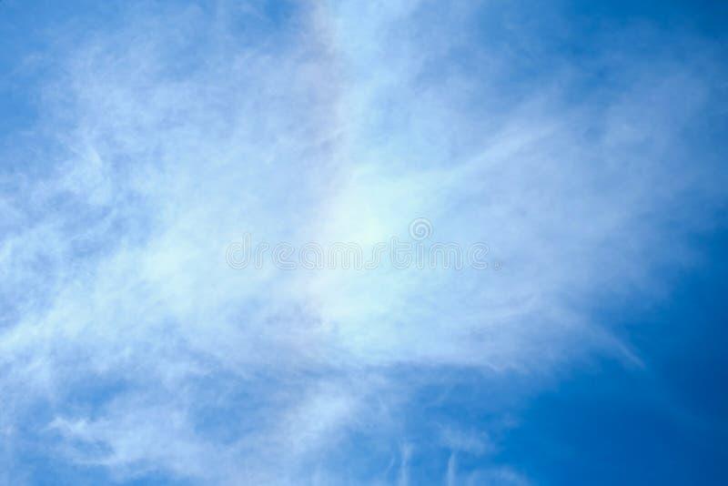 A luz do sol nubla-se o céu durante o fundo do meio-dia fotos de stock