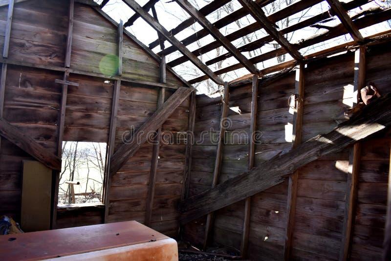 Luz do sol que entra através do telhado da casa abandonada imagem de stock royalty free