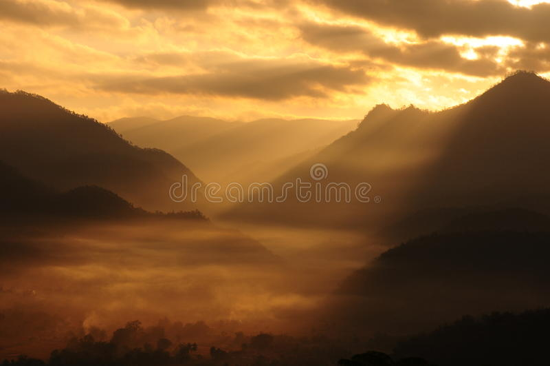 Luz do sol sobre montanhas fotografia de stock