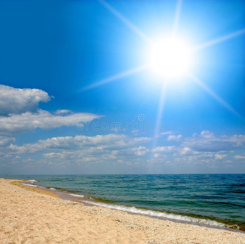 Luz do sol sobre o mar imagens de stock