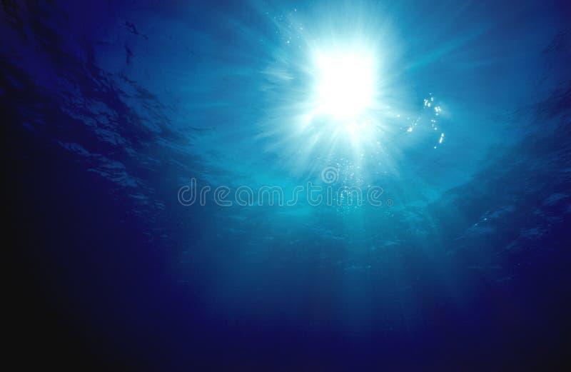 Luz do sol subaquática foto de stock