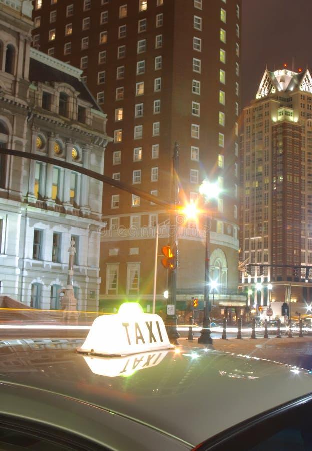 A luz do táxi assina dentro a cidade na noite imagem de stock royalty free