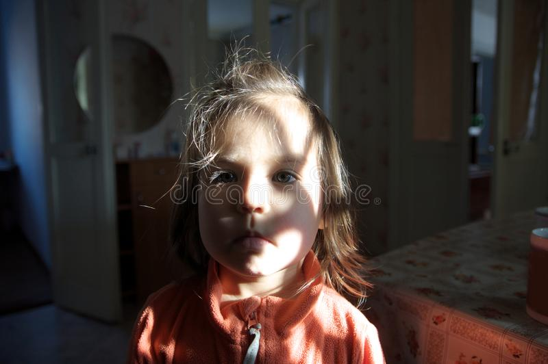 Luz do teste padrão do retrato da criança cara bonito da criança com olhos cinzentos tiro autêntico doméstico do estilo de vida fotografia de stock