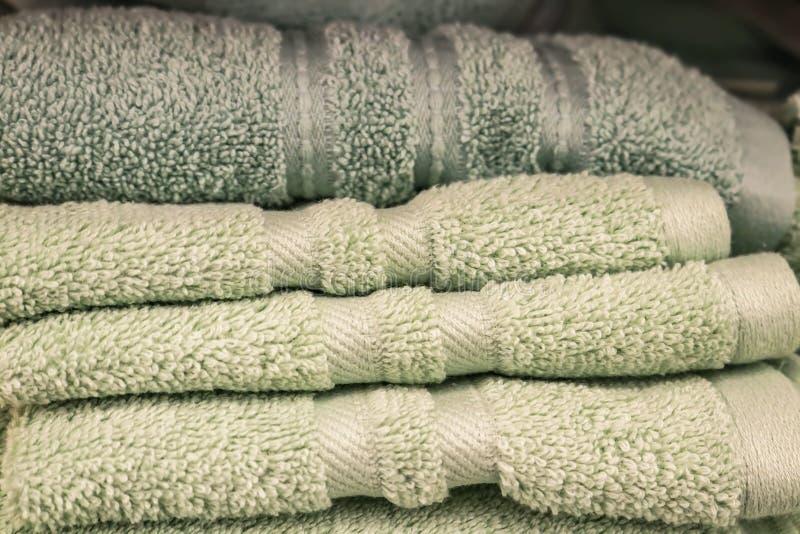 Luz dobrada - toalhas de banho macias verdes em uma pilha - foco seletivo fotografia de stock royalty free