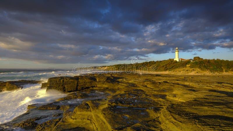 Luz dourada da manhã do verão em Norah Head Light House, costa central, NSW, Austrália foto de stock royalty free